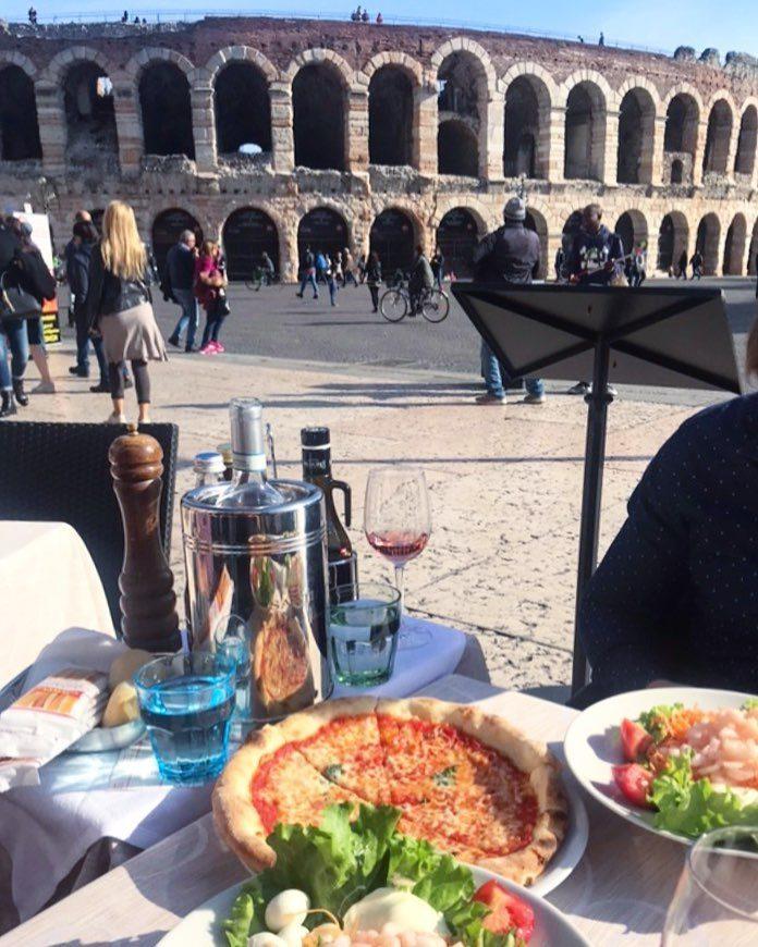Mittagessen mit Pizza und Wein